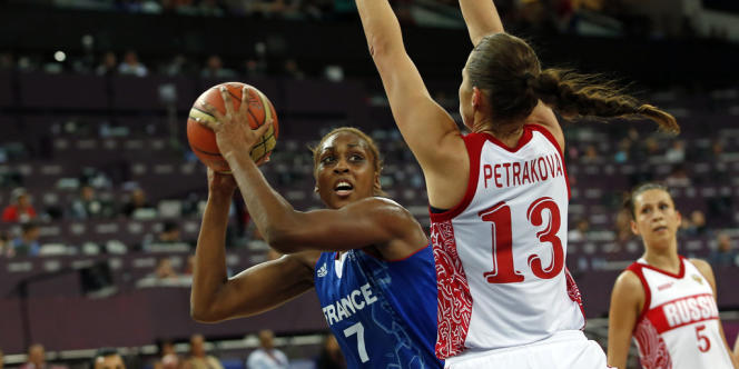 Sandrine Gruda au cours de la demi-finale olympique contre la Russie le 9 août 2012.