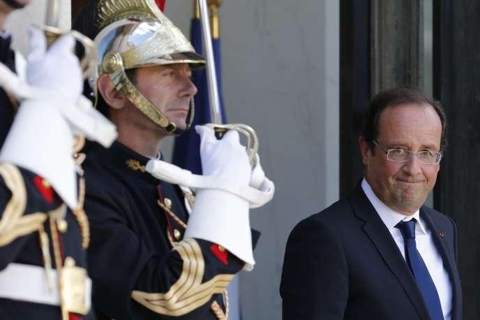 François Hollande devant le palais de l'Elysée, le 4 octobre.
