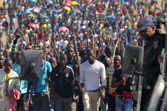 Lors d'une manifestation des employés d'une autre mine, Lonmin Platinum, également près de Rustenburg, en Afrique du Sud, le 10 septembre.