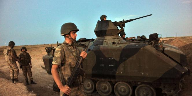 Des soldats turcs près du village d'Akçakale, à la frontière syrienne, jeudi 4 octobre.