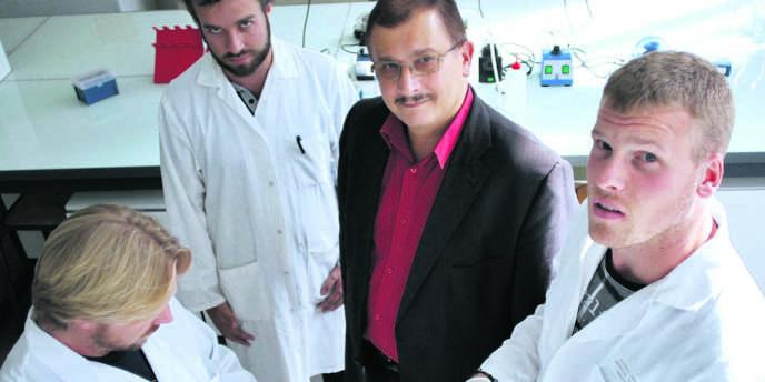 Le biologiste Gilles-Eric Séralini (au centre), dans son laboratoire, à Caen, en septembre 2012.