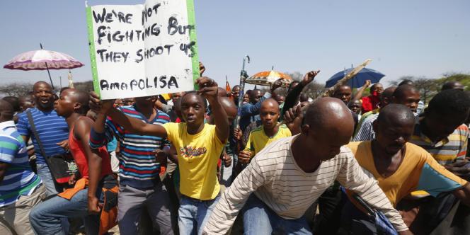 Des mineurs en grève qui manifestaient dans le nord-ouest de l'Afrique du Sud, le 5 octobre 2012.