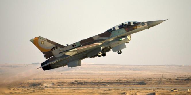 Un chasseur israélien F-16 dans le désert du Negev, en juin 2012. L'armée de l'air israélienne a abattu le drone dans le nord du Negev samedi matin.