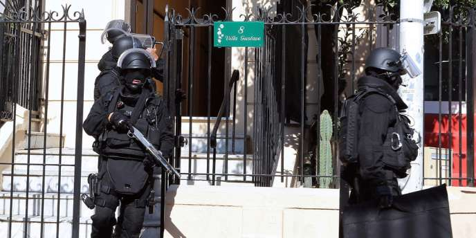 Des policiers lors de l'opération antiterroriste du 6 octobre à Cannes.