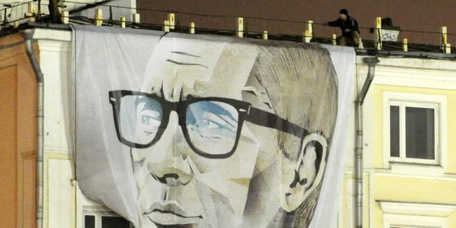 Des militants pro-Poutine déploient un portrait géant du président russe devant le Kremlin, à l'occasion du 60e anniversaire de Vladimir Poutine, dimanche 7 octobre.