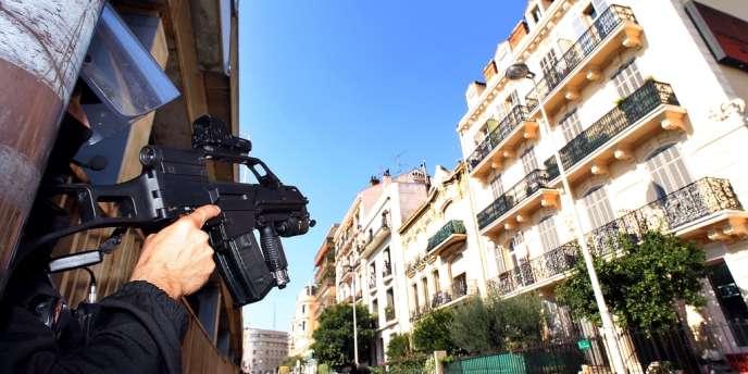 Un policier, lors de l'opération antiterroriste du 6 octobre, à Cannes.