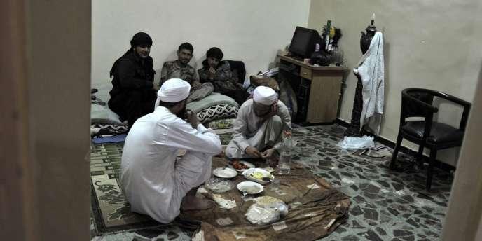 En milieu de journée, les combattants prennent leurs repas en commun, puis prient, à l'unisson, sous la houlette du patriarche.