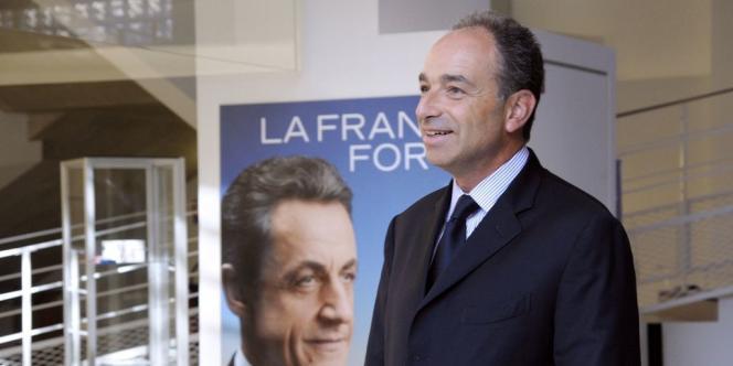 Jean-François Copé, au siège de l'UMP, à Paris, le 29 août 2012, devant une photo de campagne de Nicolas Sarkozy.