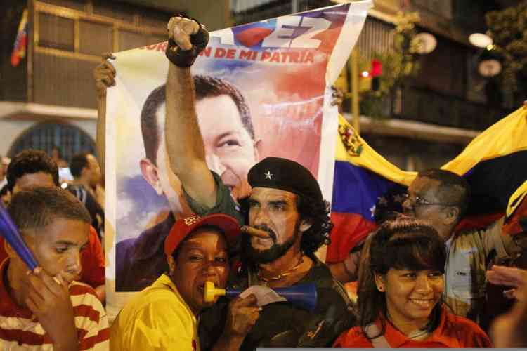 Supporters of Venezuelan president Hugo Chavez gather outside Miraflores Palace to wait for the results of Presidential elections in Caracas October 7, 2012. Venezuelans voted on Sunday with President Chavez facing the biggest electoral challenge yet to his socialist rule from a young rival tapping into discontent over crime and cronyism.  REUTERS/Edwin Montilva (VENEZUELA - Tags: POLITICS ELECTION)