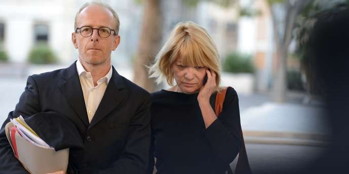Monique Monarcha, responsable d'une crèche clandestine, arrive au tribunal en compagnie de son avocat le 8 octobre à Marseille.