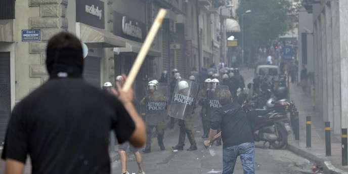 25 000 manifestants se sont rassemblés dans le centre d'Athènes pour protester contre la venue d'Angela Merkel.