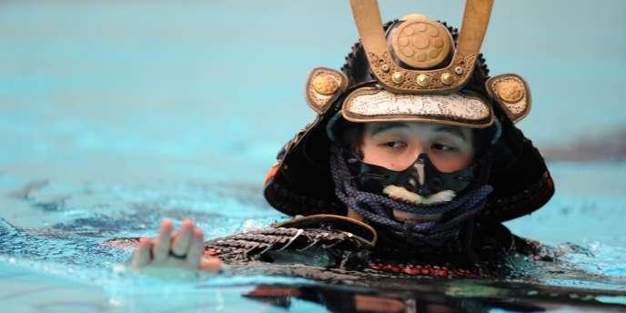 Mutsuo Koga se jette à l'eau, en armure de samouraï, le 19 août à Yokohama.