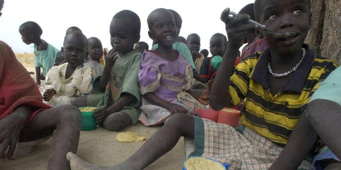 Selon le dernier rapport, sur les 868 millions de personnes affamées, 852 millions vivent dans des pays en voie de développement où ils représentent 14,9 % de la population, et 16 millions vivent dans les pays développés.