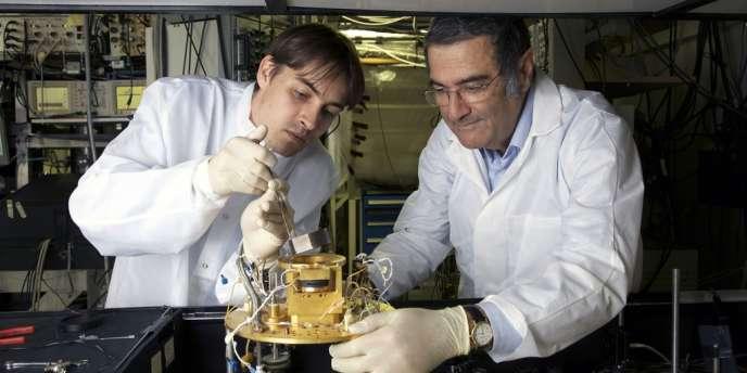 Serge Haroche, prix Nobel de physique 2012, et son collaborateur Igor Dotsenko examinant une cavité