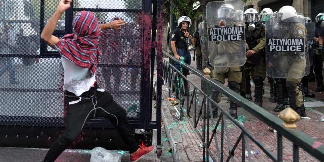 Le centre de la capitale grecque était en état de siège mardi, avec plus de 6 000 policiers mobilisés pour tenter d'éviter les débordements dans les manifestations prévues par la gauche, les syndicats et les partis de la droite nationaliste contre les mesures d'austérité qui étranglent les Grecs depuis trois ans.
