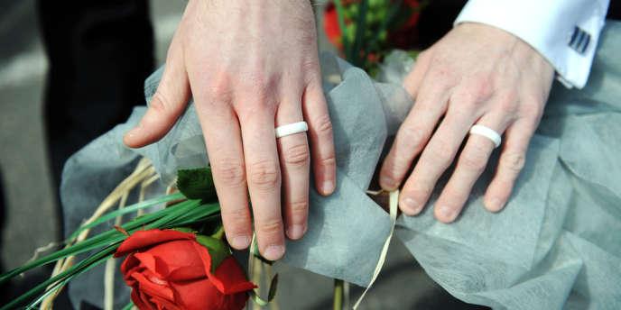 Le tribunal constitutionnel espagnol a validé, mardi 6 novembre, la loi de 2005 sur le mariage et l'adoption pour les couples homosexuels.
