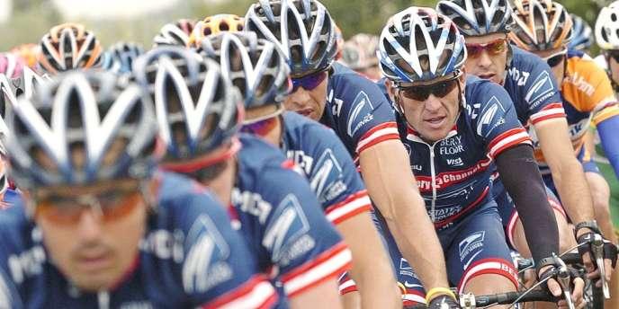 Lance Armstrong au milieu de ses coéquipiers de l'US Postal, en juillet 2004.