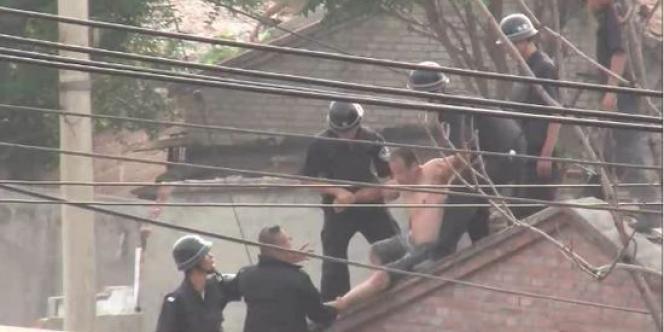 Photo fournie par Amnesty International de la démolition d'une maison dans un village du sud de Pékin, à Shiliuzhuang, le 4 juillet 2012.
