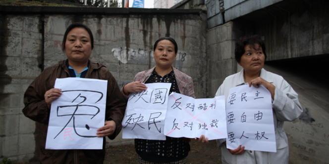 Trois militantes, Jin Yuehua, Mao Hengfeng et Shen Peilan, manifestent le 26 septembre 2009 à Pékin. Photo publiée par Amnesty International à l'occasion de la publication du rapport consacré aux évictions forcées en Chine, le jeudi 11 octobre.