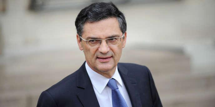 Le président (UMP) du conseil général des Hauts-de-Seine envisage d'organiser un reférendum auprès des habitants des deux départements.