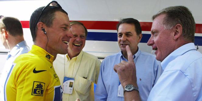 Lance Armstrong en pleine discussion avec Hein Verbruggen, le 24 juillet 2002 à La Plagne, sous les yeux de Patrice Clerc, président d'Amaury Sport Organisation, et de Jacques Rogge, président du Comité olympique international.