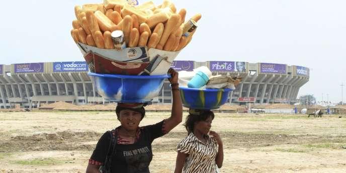 Devant le stade des Martyrs à Kinshasa.