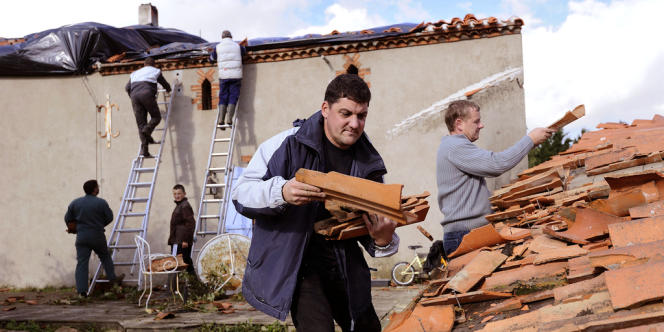 Une centaine de maisons ont été touchées à des degrés divers par une mini-tornade qui n'a fait aucune victime, dimanche matin, à Saint-Hilaire-le-Vouhis, en Vendée.