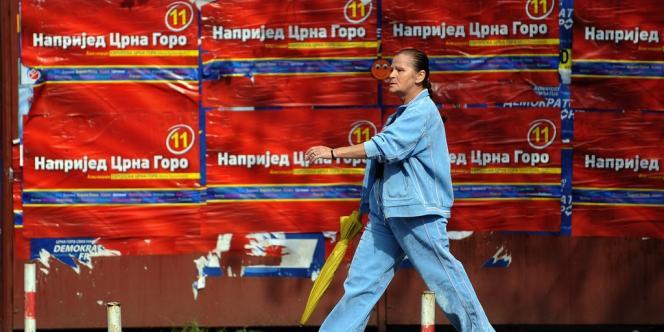 Des affiches du Parti démocratique des socialistes dans une rue de Podgorica, la capitale du Monténégro.