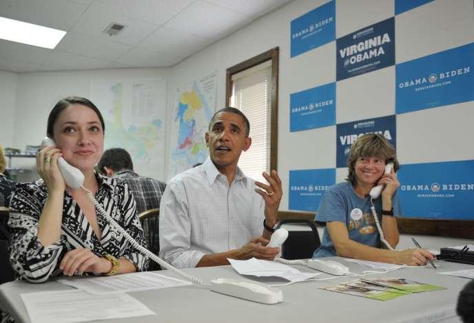 Barack Obama dans un centre d'appels de partisans de sa campagne, le 14 octobre 2012, à Williamsburg, en Virginie.
