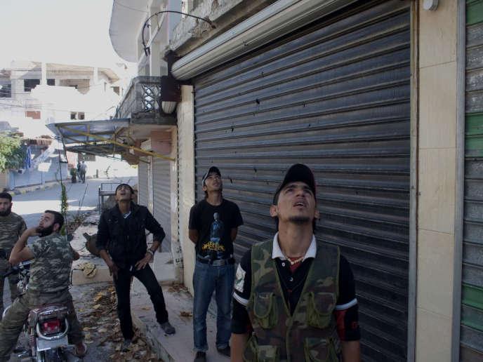 A Salma, une zone contrôlée par l'Armée syrienne libre, les combattants rebelles observent dans le ciel un hélicoptère de l'armée régulière.
