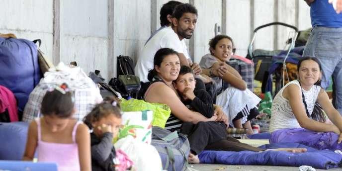 Des Roms évacués d'un campement de Saint-Denis sont installés dans un camp de fortune dans une rue, en septembre 2011 à Paris.