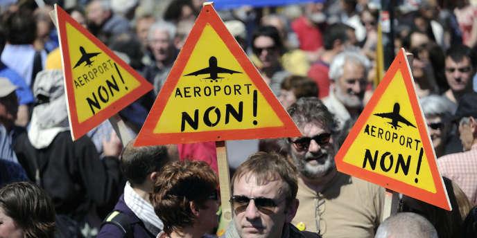 Des manifestants se dirigent vers la tente des grévistes de la faim qui protestent contre les expropriations des terres pour le projet de futur aéroport de Notre-Dame-des-Landes, lors d'un rassemblement en mai à Nantes.