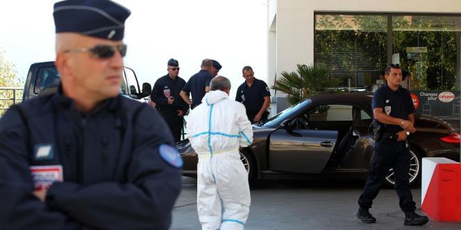 Des enquêteurs autour de la voiture d'Antoine Sollacaro, dans laquelle l'avocat a été abattu, mardi 16 octobre.