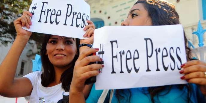 Quelques centaines de journalistes ont manifesté en début d'après-midi à Tunis au siège du SNJT, scandant des slogans tel