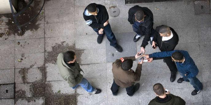 Des policiers de la BAC (brigade anti-criminalité) contrôlent l'identité et les téléphones portables d'un groupe de jeunes à Lyon.