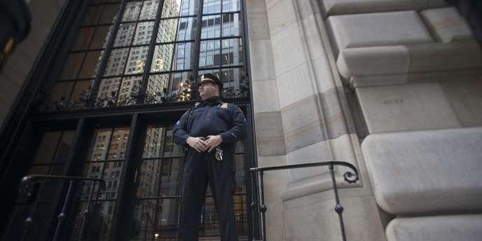 Devant le bâtiment de la Fed à New York.