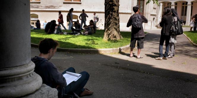 Sur le campus de l'université Lyon 2.