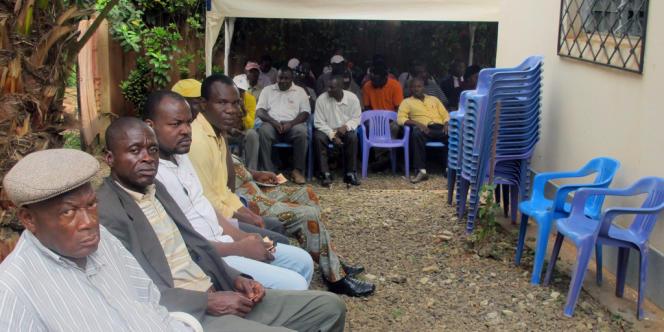 A Yaoundé, le 3 octobre 2012, des habitants attendent de se faire enregistrer sur les listes électorales pour les élections en 2013.