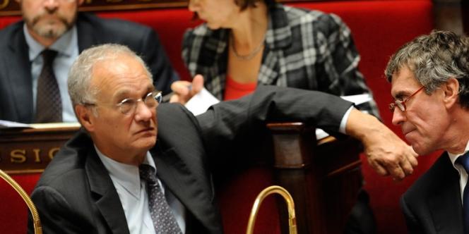 Gilles Carrez, avec Jérôme Cahuzac, lors de la discussion à l'Assemblée sur le projet de loi de finances, dans la nuit de jeudi 18 à vendredi 19 octobre.