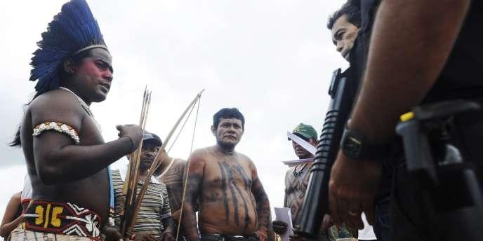 La police brésilienne discute, le 12 octobre, avec des Indiens qui occupent le chantier du barrage géant de Belo Monte.