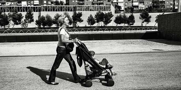 Pilar, 65 ans, aide son fils en gardant le petit Mario, elle soutient aussi financièrement sa fille aînée, mère célibataire, en lui versant 600 euros par mois.