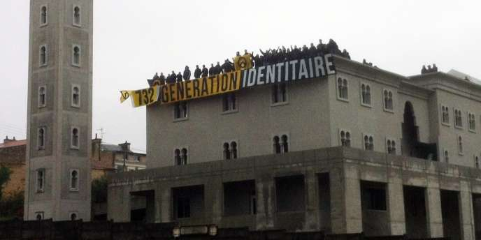 Un groupe de militants d'extrême droite a déployé une bannière sur le toit de la mosquée de Poitiers en chantier, samedi 20 octobre.