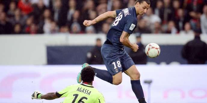 Le Parisien Zlatan Ibrahimovic face au gardien rémois Agassa, le 20 octobre au Parc.