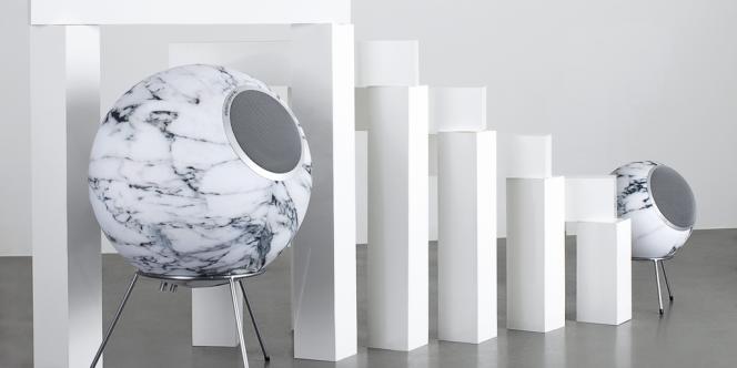 Enceintes Planet Carrara d'Elipson, disponibles en version Planet L (30 cm de diamètre, 2 200 €) et Planet XL (50 cm, 5 000 €).