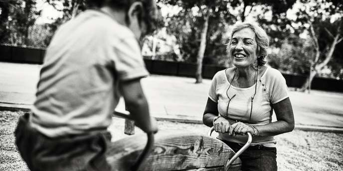 Chaque vendredi, Pilar, 65 ans, traverse Madrid en métro pour s'occuper de Mario, 2 ans, après la crèche.