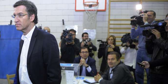 Alberto Nunez Feijoo, candidat du parti populaire de Mariano Rajoy quittait un bureau de vote après avoir voté aux élections régionales de Galice, le 21 octobre 2012.
