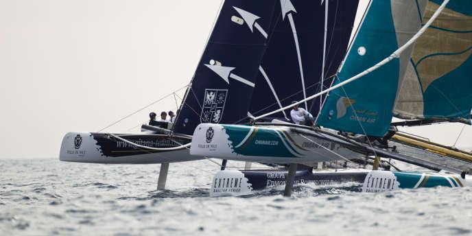 Bord à bord, les catamarans Groupe Edmond de Rothschild et Oman Air, dimanche 21 octobre, lors des Extreme Sailing Series.