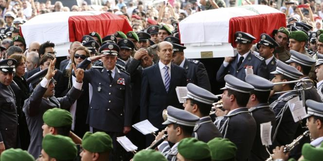 Le chef de la police libanaise, Ashraf Rifi, et le ministre de l'intérieur, Marwan Charbel, devant les cercueils de Wissam Al-Hassan et de son chauffeur.