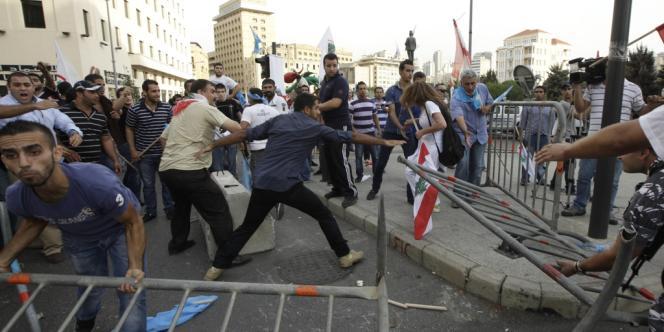 Des manifestants libanais ont tenté de forcer le barrage de police protégeant le Sérail, le siège du premier ministre dont ils réclament la démission après l'assassinat du général Al-Hassan vendredi.