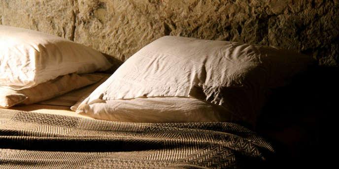 Dormir à deux est un acte récent pour notre espèce, et qui n'a rien de naturel.